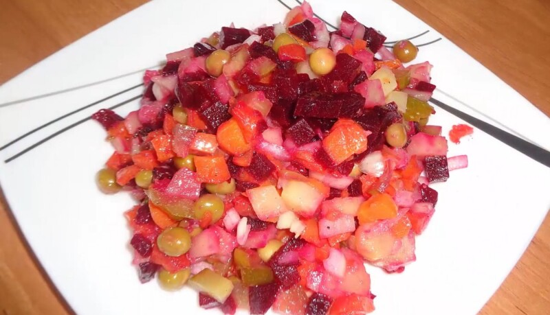 Простой рецепт винегрета без капусты с консервированным горошком
