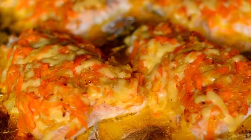 Сочная горбуша под шубой в духовке с морковкой и луком под сыром