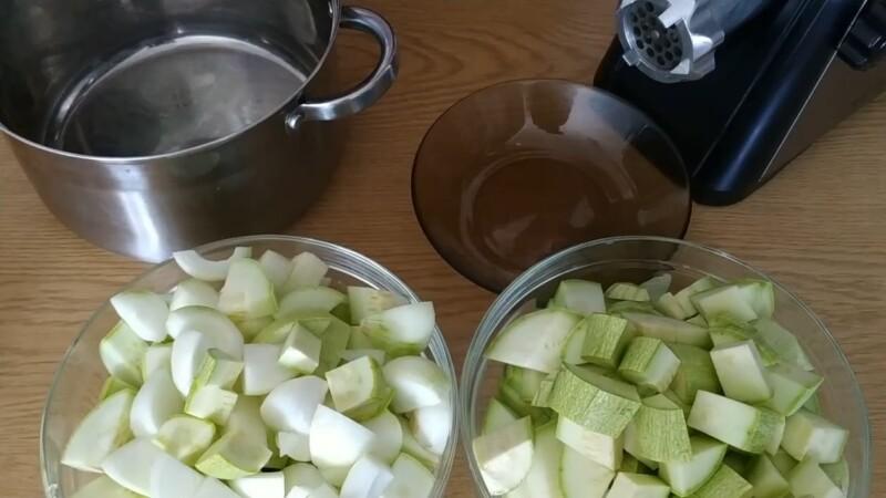 нарезаем кабачки и лук
