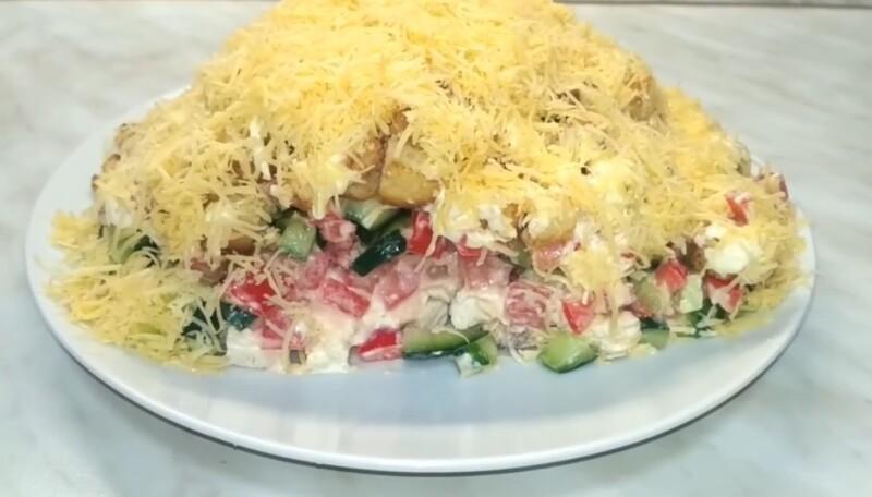 Бесподобный салат к новогоднему столу с сухариками и курицей