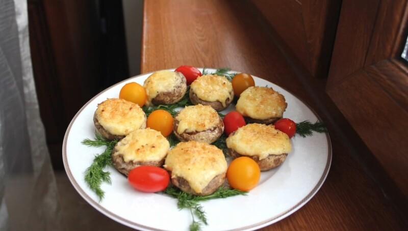 Фаршированные шампиньоны в духовке с сыром — простой и вкусный рецепт с чесноком