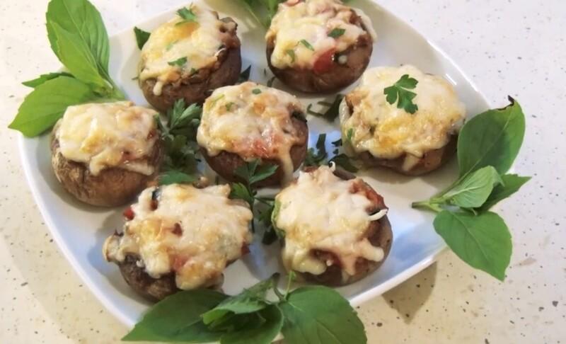 Грибы шампиньоны, фаршированные помидорами и сыром в духовке