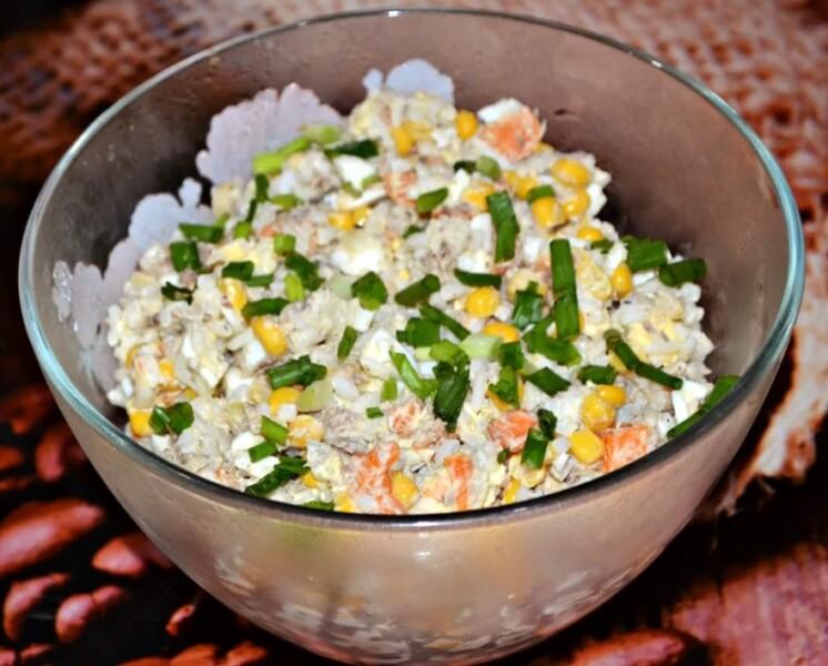Изумительный салат Мимоза с рыбной консервой, рисом и яйцом