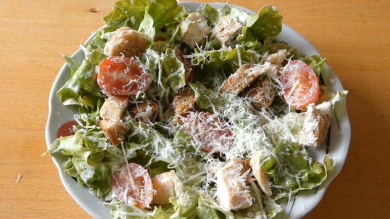 Классический салат Цезарь с курицей, сухариками и помидорами