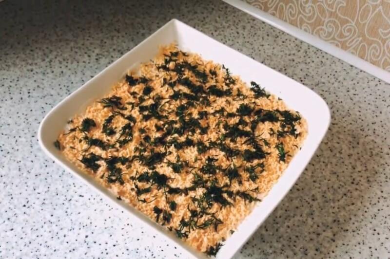 Легкий салат «Мимоза» с консервой без майонеза со сметаной