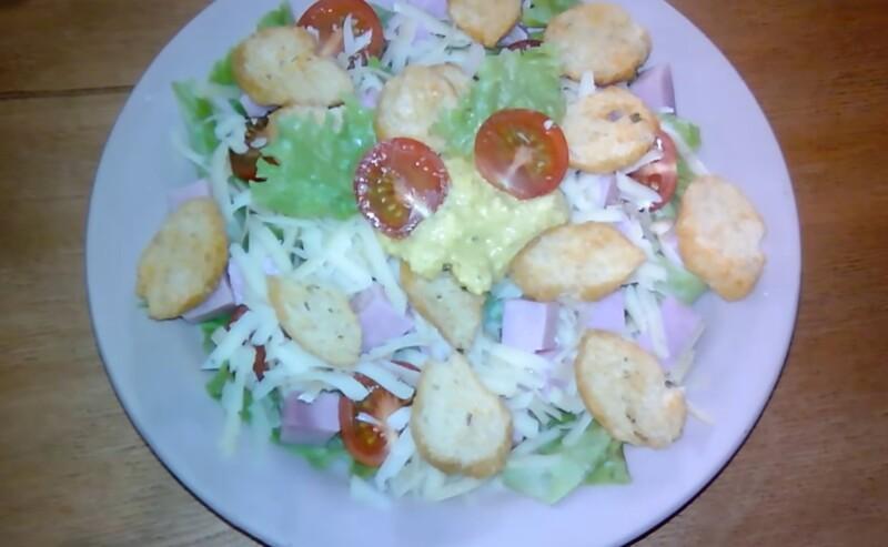 Лучший салат Цезарь с ветчиной и сухариками по простому рецепту