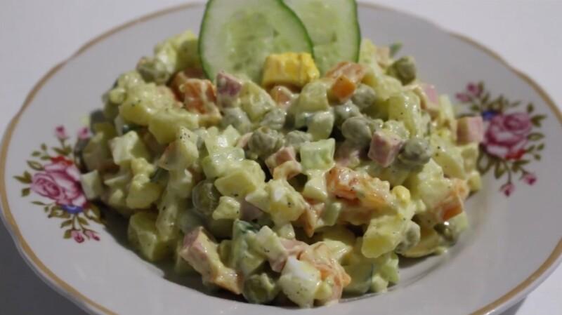 Новогодний салат 2021 Оливье с колбасой и солеными огурцами
