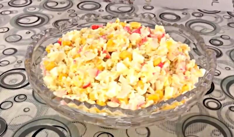 Простой и вкусный салат с крабовыми палочками и кукурузой к новогоднему столу