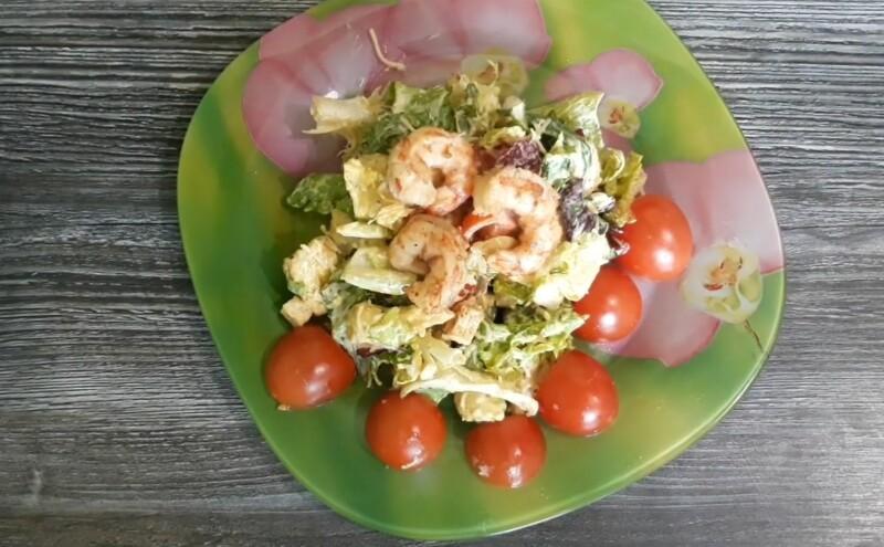 Простой салат Цезарь с креветками и жареной курицей — классический рецепт