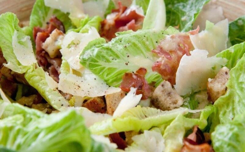 Простой салат Цезарь с курицей и пармезаном