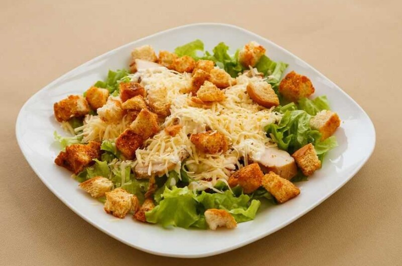 Рецепт салата Цезарь с брынзой и курицей