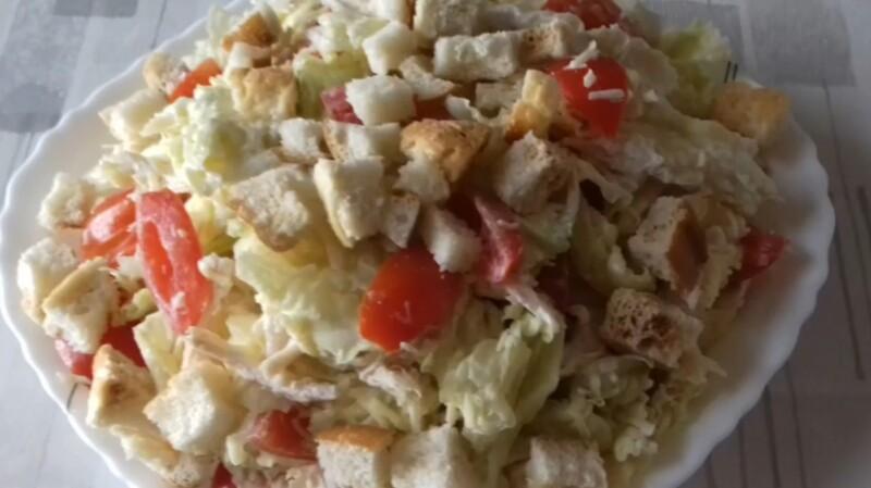 Рецепт салата Цезарь с курицей, пекинской капустой, помидорами и майонезом