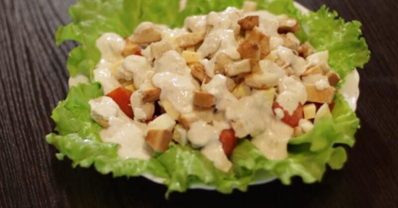Салат Цезарь с куриной грудкой, сыром и помидорами черри