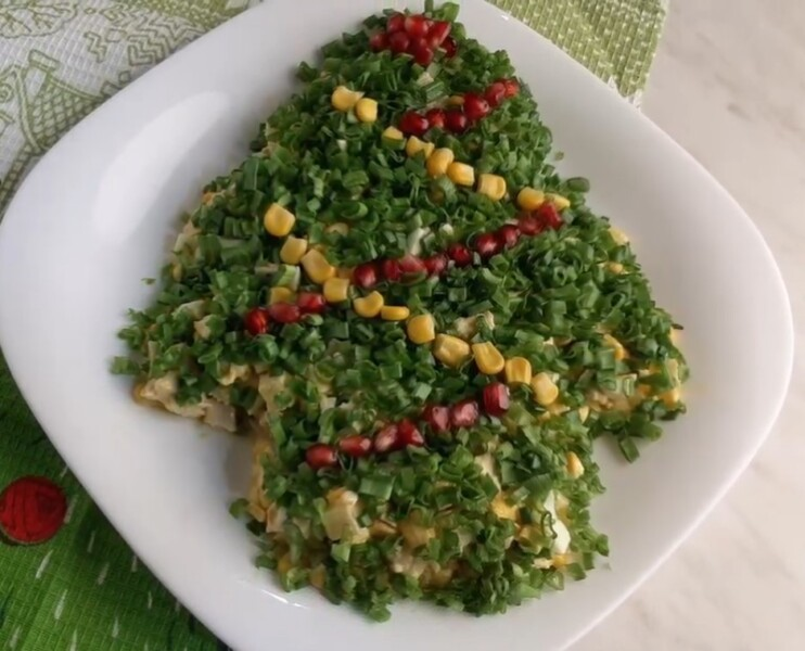 Самый бесподобный салат с курицей, кукурузой и яйцом