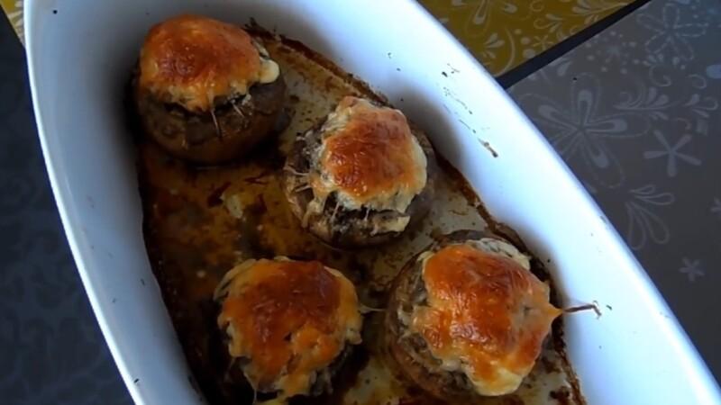 Сочные шампиньоны, фаршированные мясом и сыром — запекаем в духовке