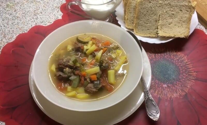 Суп рассольник с тушенкой, перловкой и солеными огурцами
