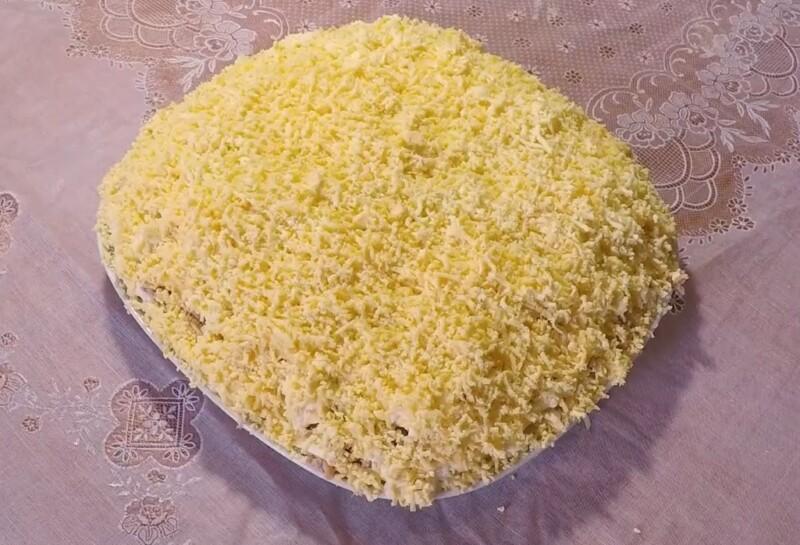 Вкусный салат Мимоза с сайрой, сыром и сливочным маслом