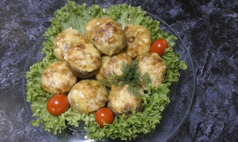 Запеченные шампиньоны в духовке, фаршированные курицей и сыром