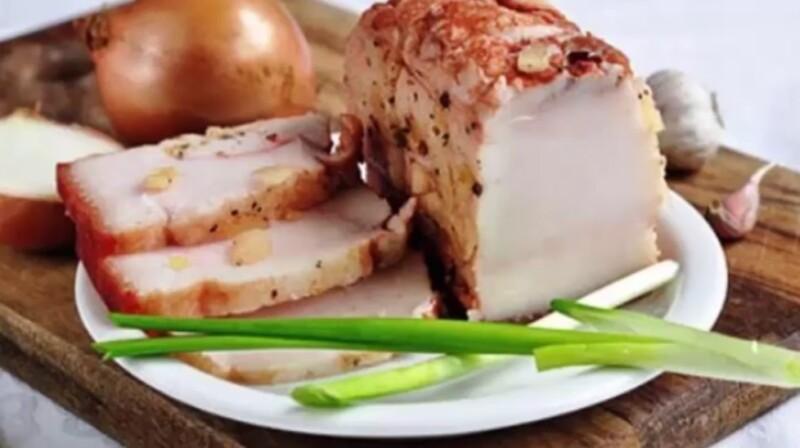 Ароматное сало в луковой шелухе с аджикой и чесноком