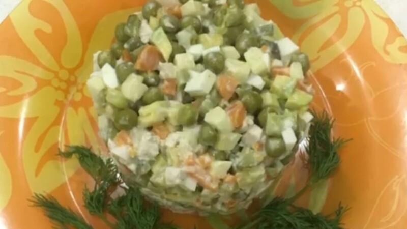 Диетический салат Оливье без картошки с яблоком