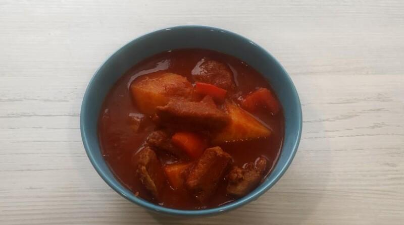 Гуляш из говядины с помидорами и болгарским перцем