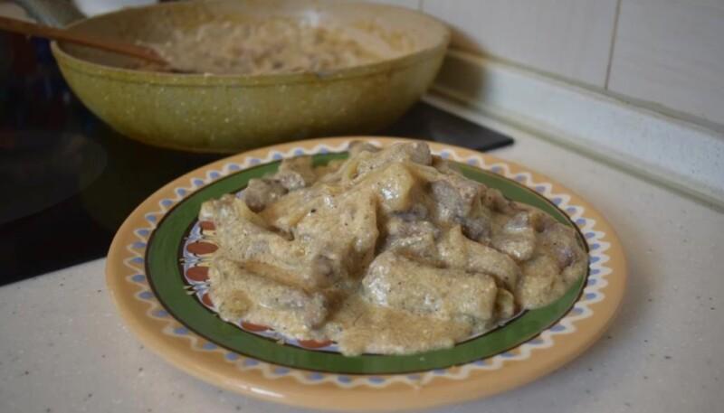 Как приготовить гуляш из говядины, чтобы мясо было мягким и сочным — рецепт со сметаной