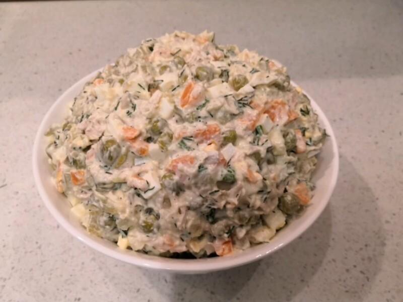 Мясной салат Оливье с говядиной и солеными огурцами