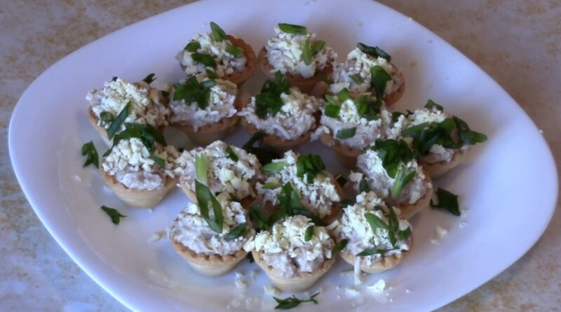Очень вкусные тарталетки с печенью трески, яйцом и сыром