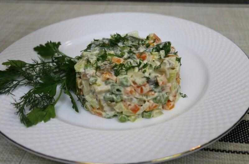 Постный салат Оливье с грибами шампиньонами вместо мяса