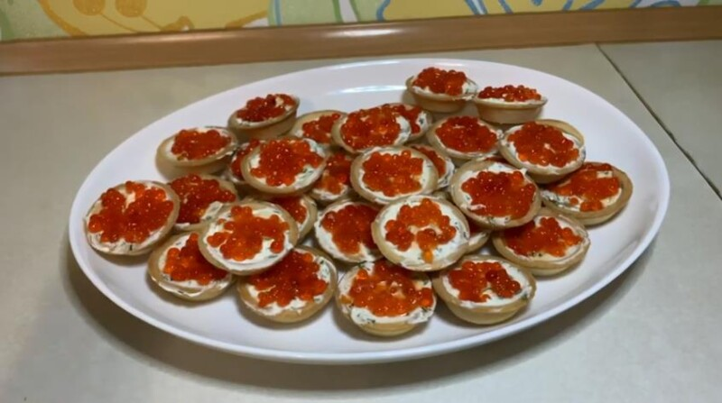 Праздничные тарталетки с красной икрой и сливочным сыром