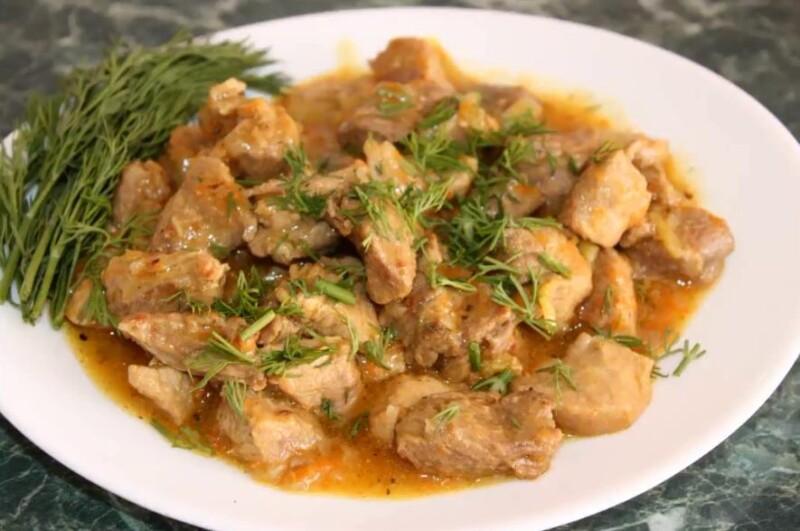 Простой рецепт гуляша из говядины с подливкой на сковороде