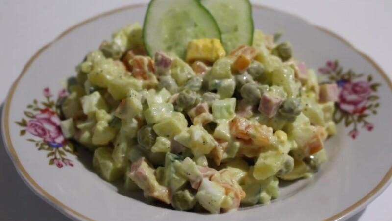 Рецепт салата Оливье с колбасой и свежими огурцами