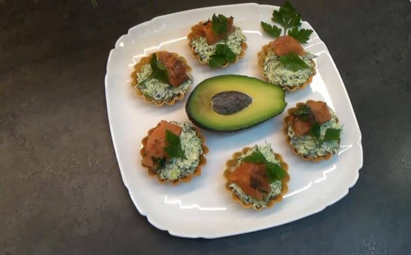 Тарталетки с начинкой из авокадо с красной рыбой на праздничный стол