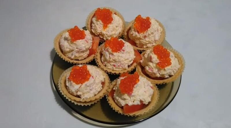 Тарталетки с начинкой из крабовых палочек, сыра и яиц с чесноком и помидорами