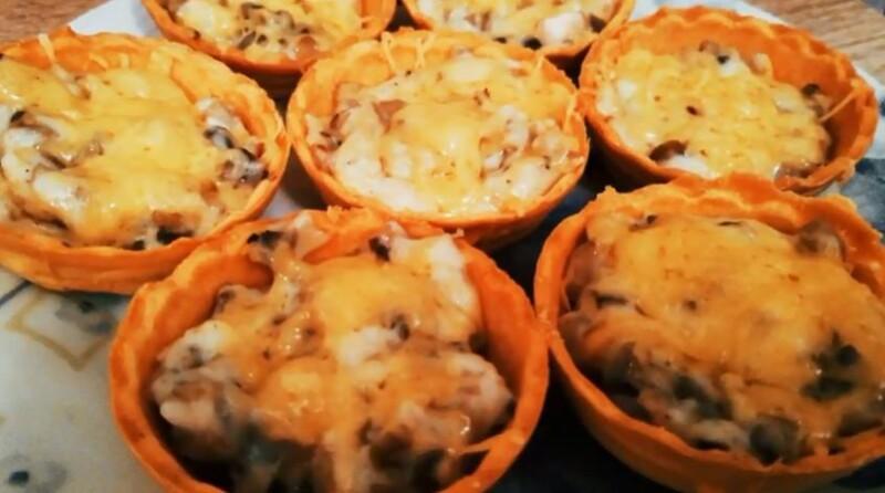 Тарталетки с жульеном из грибов и курицы со сливками