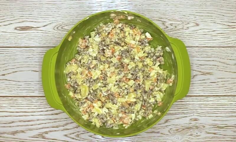 Вегетарианский салат Оливье со сметаной без колбасы и мяса