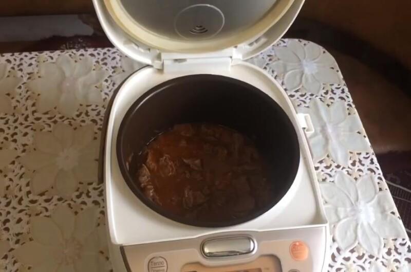 Вкусный гуляш из говядины в мультиварке с подливкой