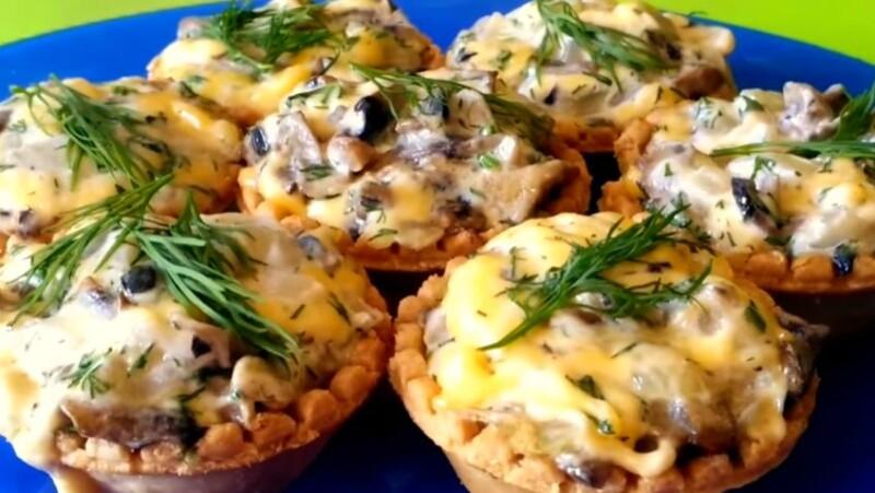 Запеченные тарталетки с грибами, курицей и сыром в духовке