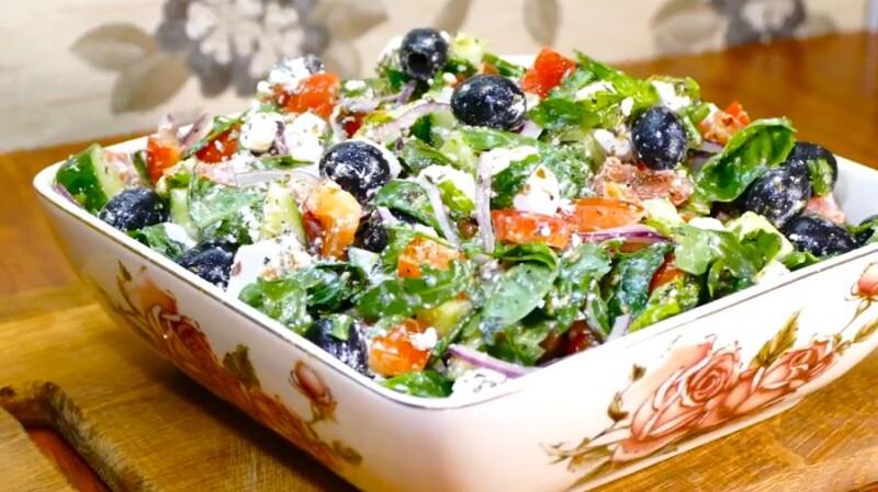 Греческий салат с сухариками, курицей и сыром по классическому рецепту