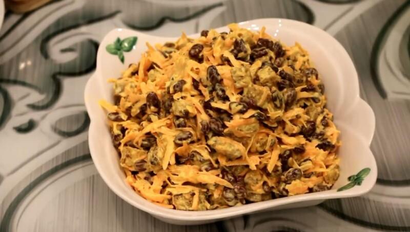 Недорогой салат с сухариками — бюджетный рецепт