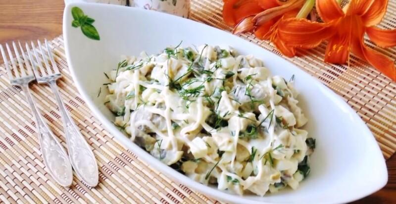 Очень вкусный салат с сухариками и маринованными грибами