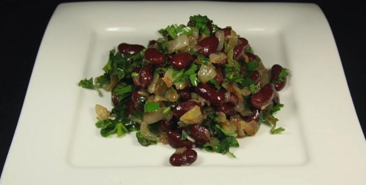 Очень вкусный салат со спаржей и консервированной фасолью