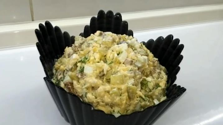 Праздничный салат с сухариками и сыром сулугуни