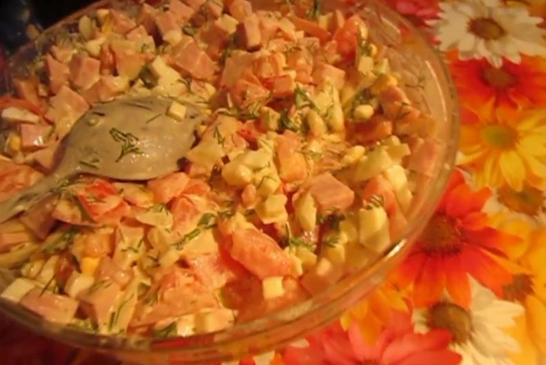 Простой салат с сухариками, помидорами и ветчиной