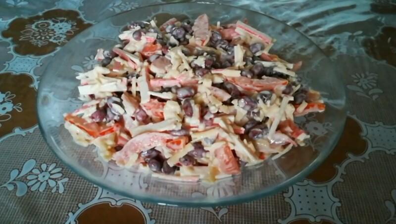 Рецепт салата с фасолью, помидорами и крабовыми палочками