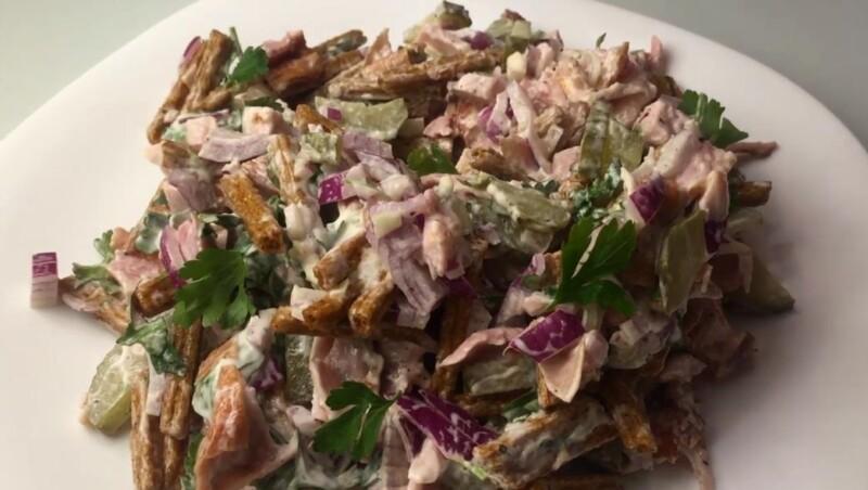 Рецепт салата с сухариками и копченой курицей — ну очень вкусный