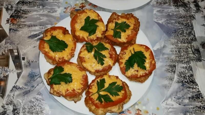Рубленые котлеты из свинины в духовке с сыром и помидорами