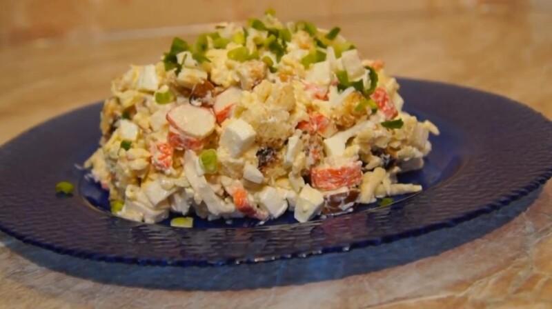 Салат Королевский с крабовыми палочками и сухариками — простой рецепт