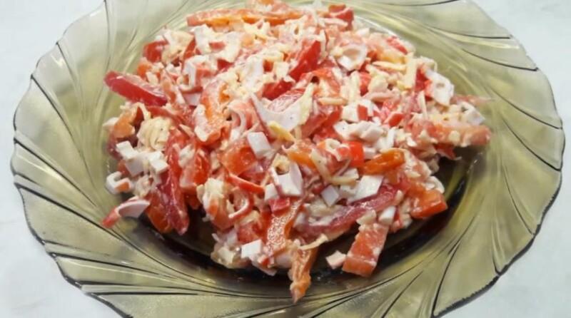 Салат Красное море с крабовыми палочками, сухариками и болгарским перцем