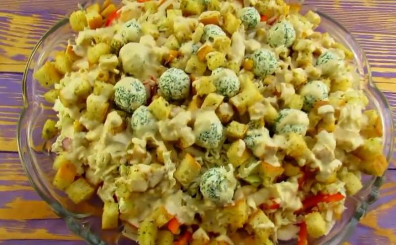 Салат «Ревнивец» с курицей, сухариками и сырными шариками — пошаговый рецепт